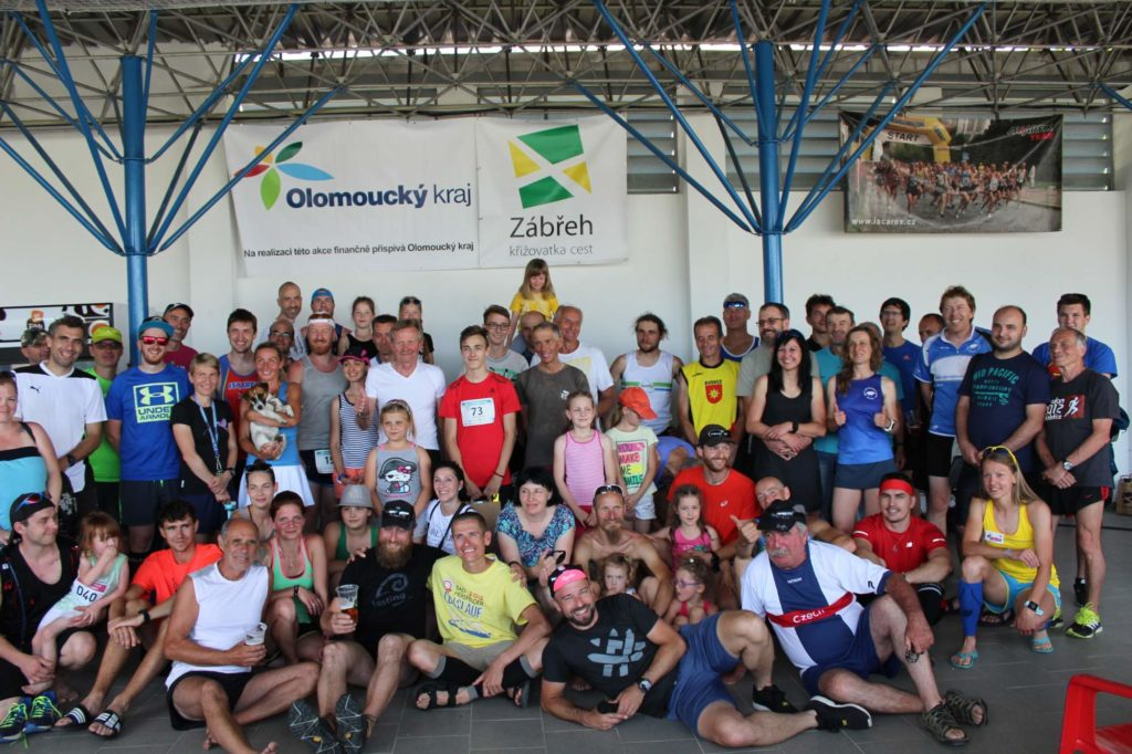 Vítězi 6. ročníku Půlmaratónu údolím Moravské Sázavy Eva Filipiová a Marek Procházka a s nimi 141 běžců vcíli